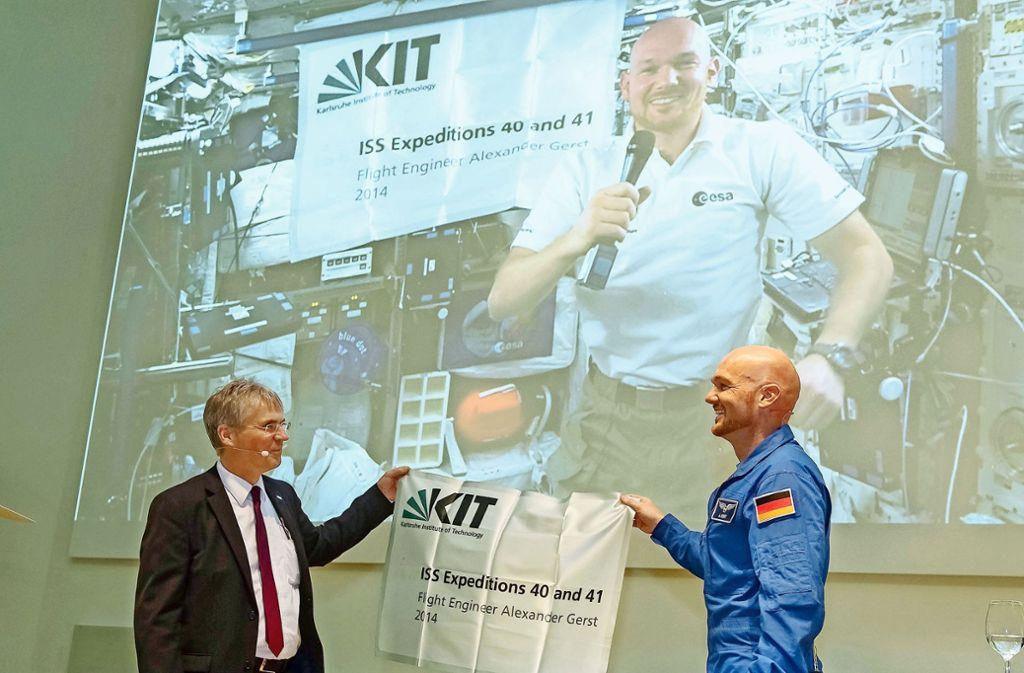 In den Weltraum hat es das KIT zumindest in Form seines Logos zusammen mit Alexander Gerst (rechts) bereits geschafft, jetzt ist das KIT auch wieder Eliteuni. Foto: dpa