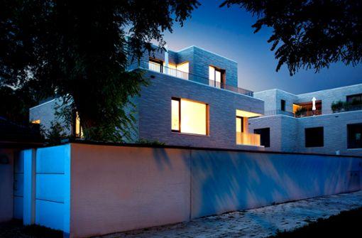 Beeindruckendes Lichtspiel der Außenfassade: Das Smart Home in München ist bereits vor dem Betreten ein Hingucker.