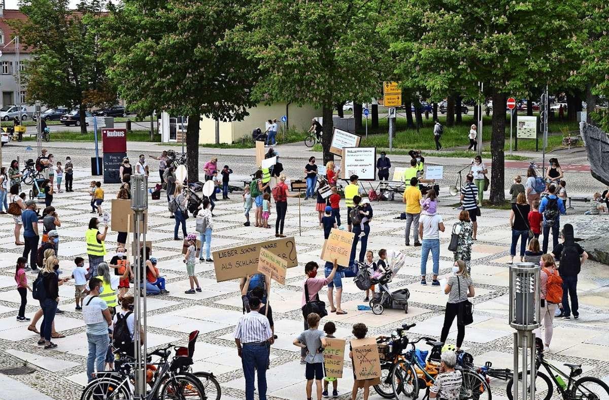 Im Juni haben Eltern vor dem Forum in Ludwigsburg gegen die Bildungs- und Familienpolitik demonstriert. Foto:privat Foto: