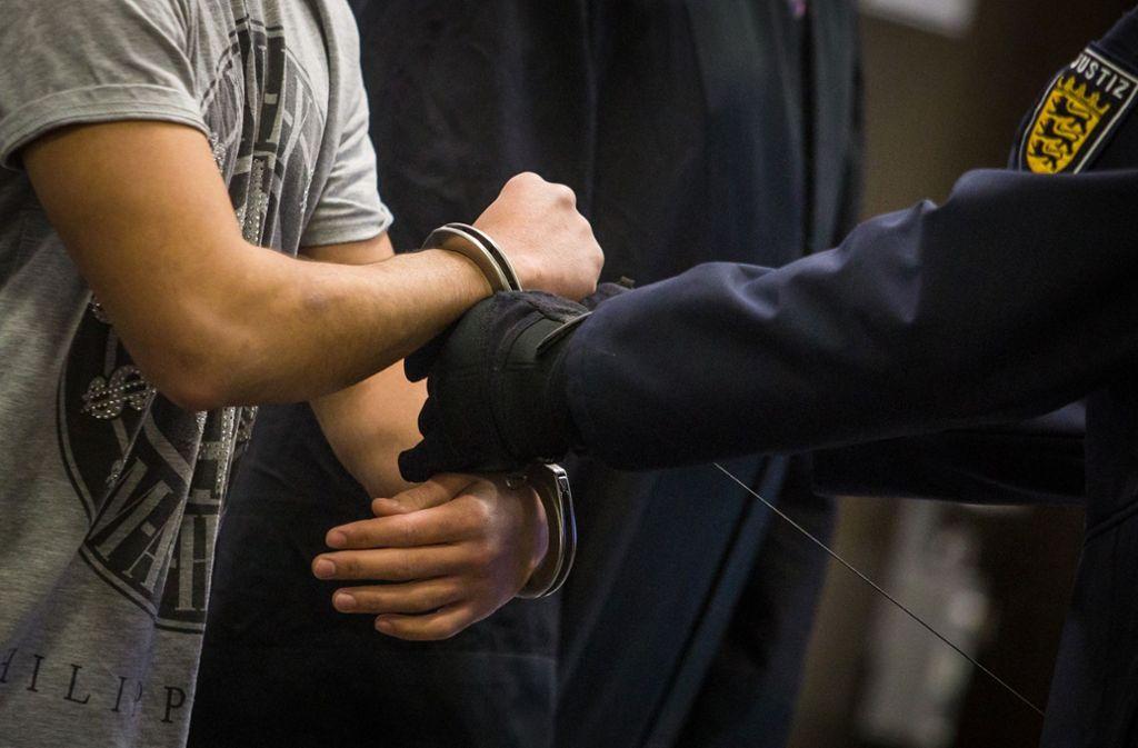 Der Angeklagte hat gestanden, in der Stadtbahn einen Fahrgast mit dem Messer attackiert zu haben. Foto: dpa/Christoph Schmidt