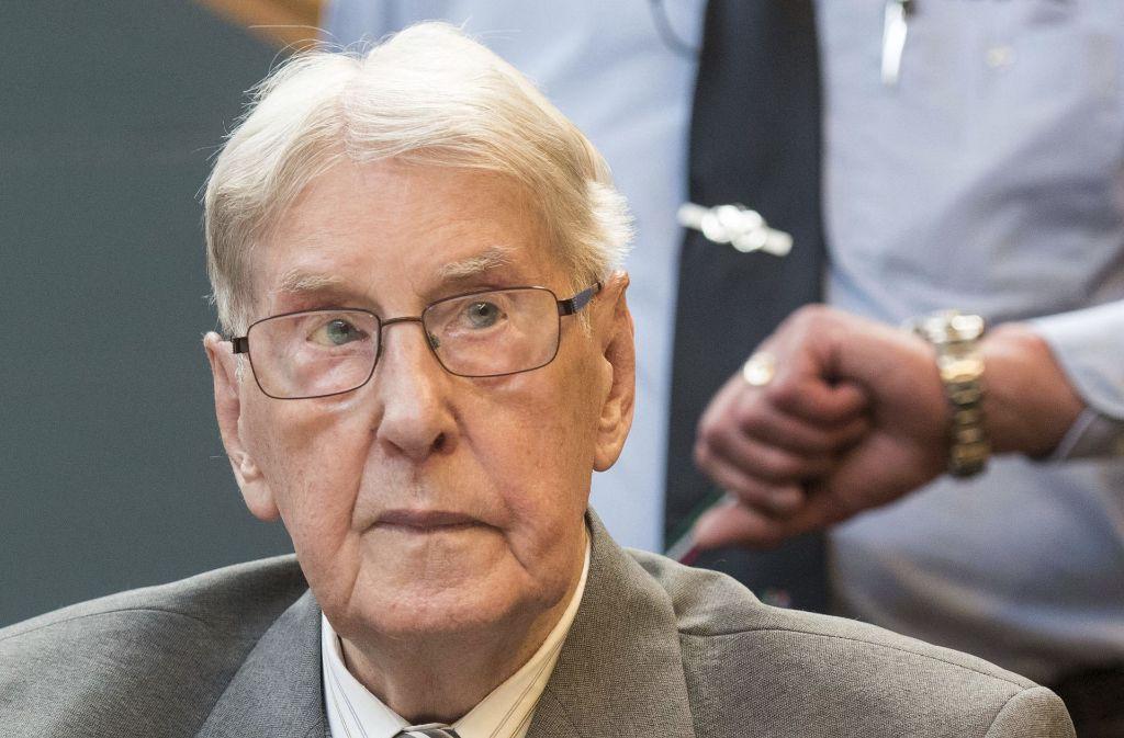 der frühere Auschwitz-Wachmann, der noch im vergangenen Jahr zu fünf Jahren Haft verurteilt worden ist, ist im Alter von 95 Jahren verstorben. Foto: POOL dpa