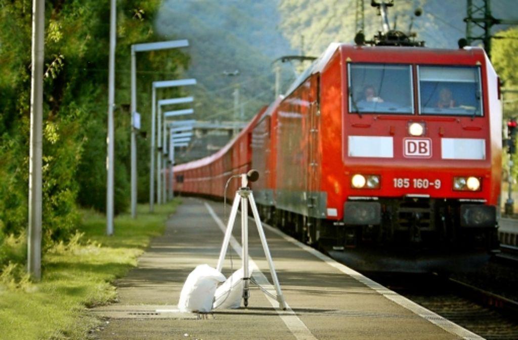 Ein Mikrofon misst den Krach eines Güterzugs im Rheintal bei Bingen. Foto: dpa