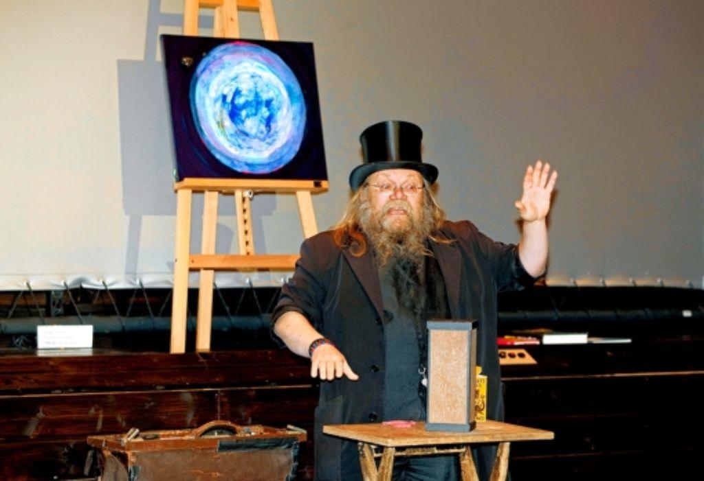 Auktionator ist der Zauberer Doctor Marrax. Foto: Horst Rudel