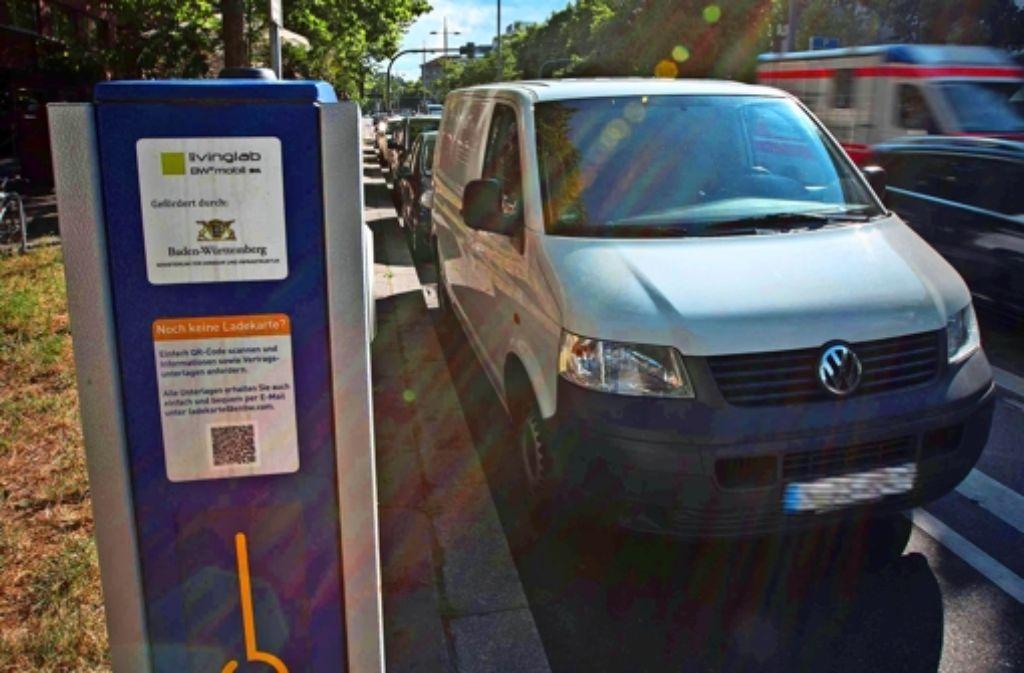 Reserviert für Elektrofahrzeuge – aber das kümmert viele Autofahrer wenig. Foto: Michael Steinert