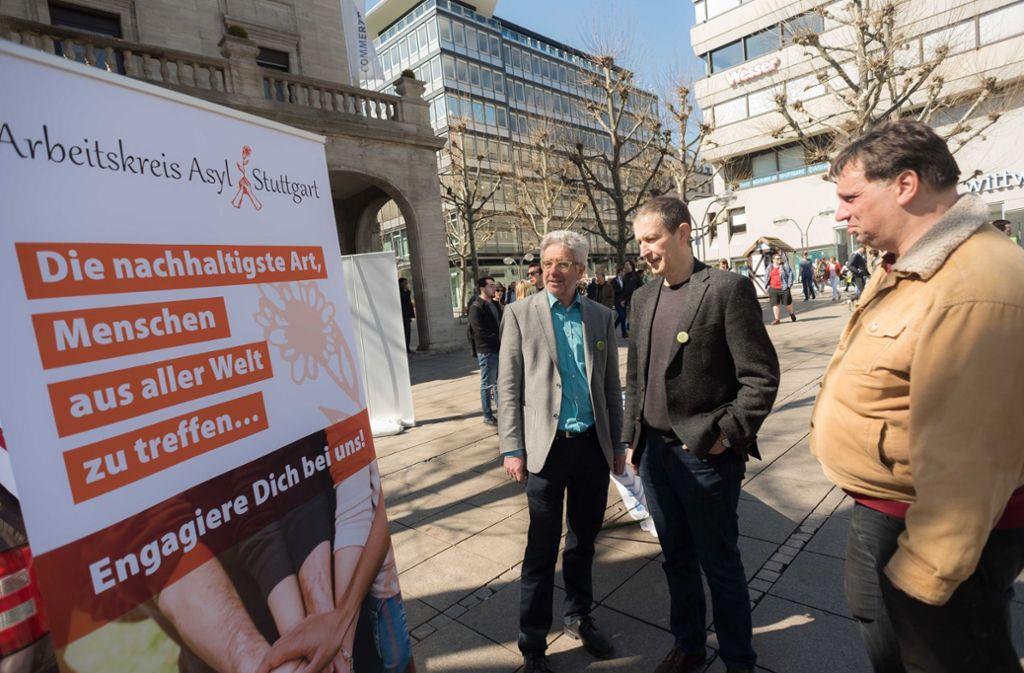 Pfarrer Joachim Schlecht (links) informierte auf dem Schlossplatz. Foto: Lichtgut/Max Kovalenko