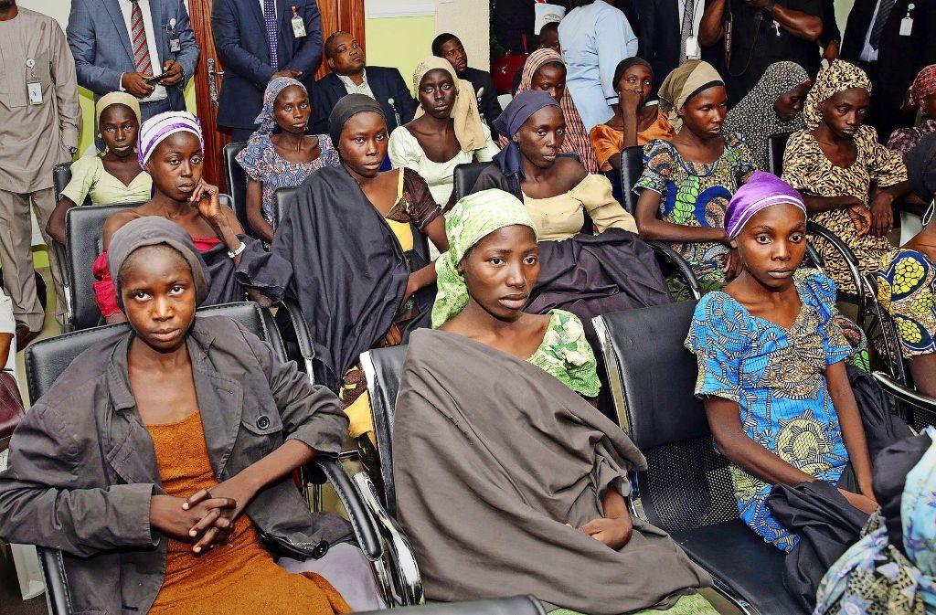 Diese Mädchen nehmen an einem Treffen mit Nigerias Vizepräsident Yemi Osinbajo in Abuja teil. Sie wurden vor Kurzem aus den Händen islamistischer Entführer befreit. Foto: AP