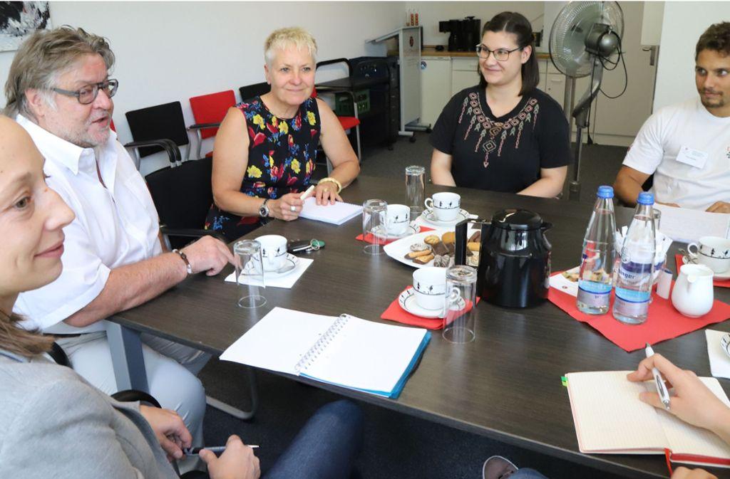 Grünen-Abgeordnete Petra Häffner (3.v.li.) besucht die Do-Physio-Schule. Foto: Patricia Sigerist