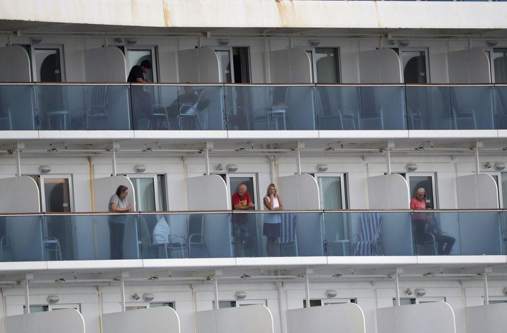 """Passagiere des Schiffs """"Coral Princess"""" durften wochenlang ihre Kabinen nicht verlassen. Nur wer einen Balkon hatte, konnte frische Luft schnappen. Foto: AP/Wilfredo Lee"""