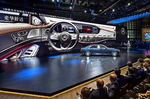 Viele Pomp  um ein Auto: Daimler  stellt in Shanghai  die neue S-Klasse vor. Foto: Daimler