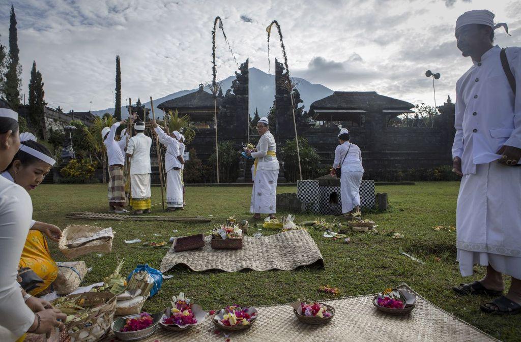 Hinduisten bereiten sich auf einen Gottesdienst vor, obwohl sie in der Gefahrenzone des Vulkans sind. Foto: Getty Images AsiaPac