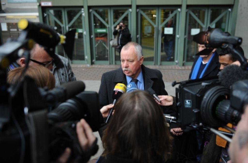 Walter Martineck, der Anwalt des Zeugen Martin A., der aus Sicherheitsgründen nicht fotografiert werden durfte, beantwortet nach dessen Aussage Fragen der Medien. Foto: dpa