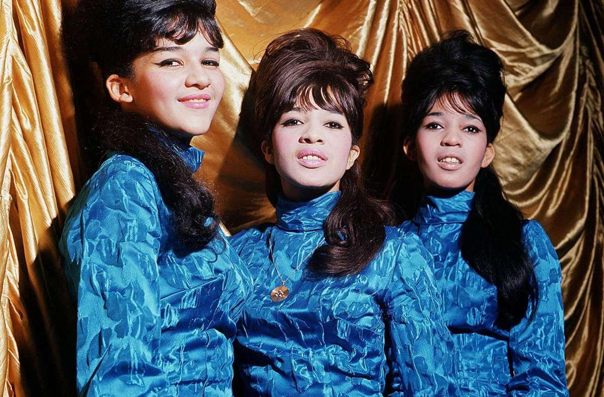 Die Ronettes im Jahr 1964 – einen von vielen Gruppen, die Phil Spector Hits zu verdanken hat. Foto: imago images/Mary Evans
