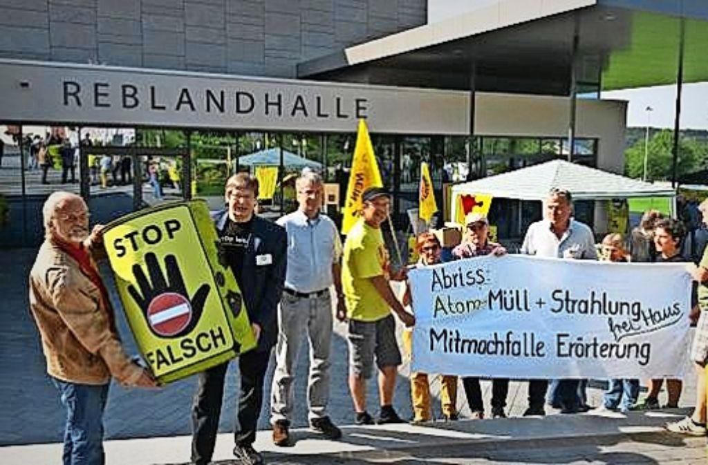 Vor der Reblandhalle haben sich am Dienstag die Aktivisten versammelt, die von der ursprünglich für drei Tage anberaumten Erörterung  nicht überzeugt sind. Foto: