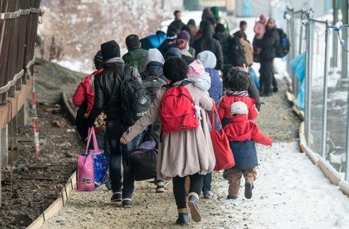 Der Balkan macht dicht: Seit einer knappen Woche bleiben Tausende Flüchtlinge in Griechenland, Mazedonien und Serbien stecken. Der Grund: ein neues Dokument. Foto: dpa