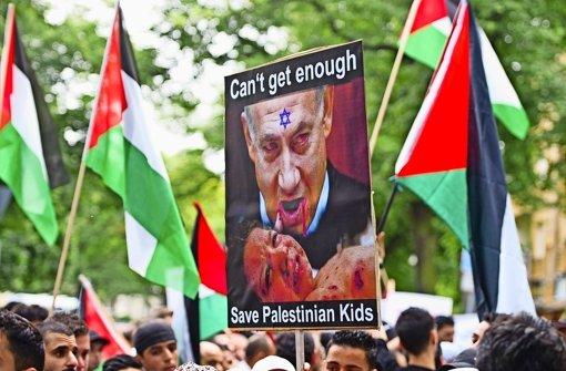 Demonstration vor der Israelischen Botschaft in Berlin: Ministerpräsident Netanjahu steht wegen seiner Palästina-Politik im Zentrum der Kritik. Foto: dpa