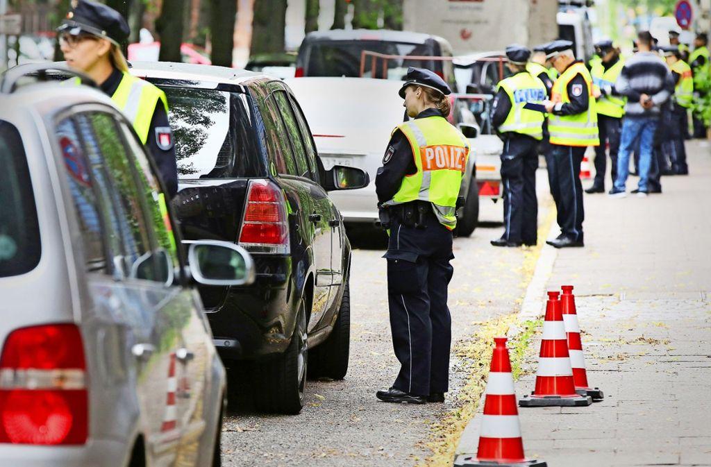 In Hamburg gilt inzwischen auf der  Max-Brauer-Allee im Bezirk Altona ein Diesel-Fahrverbot. Die Polizei kontrolliert die Einhaltung   und ahndet Verstöße mit Bußgeldern. Das Diesel-Fahrverbot in ganz Stuttgart   soll 2019 kommen. Foto: dpa