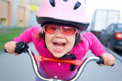 Welches Rad passt am besten zu meinem Kind und bringt ihm den meisten Fahrspaß? Zu groß sollte es beispielsweise auf keinen Fall sein.