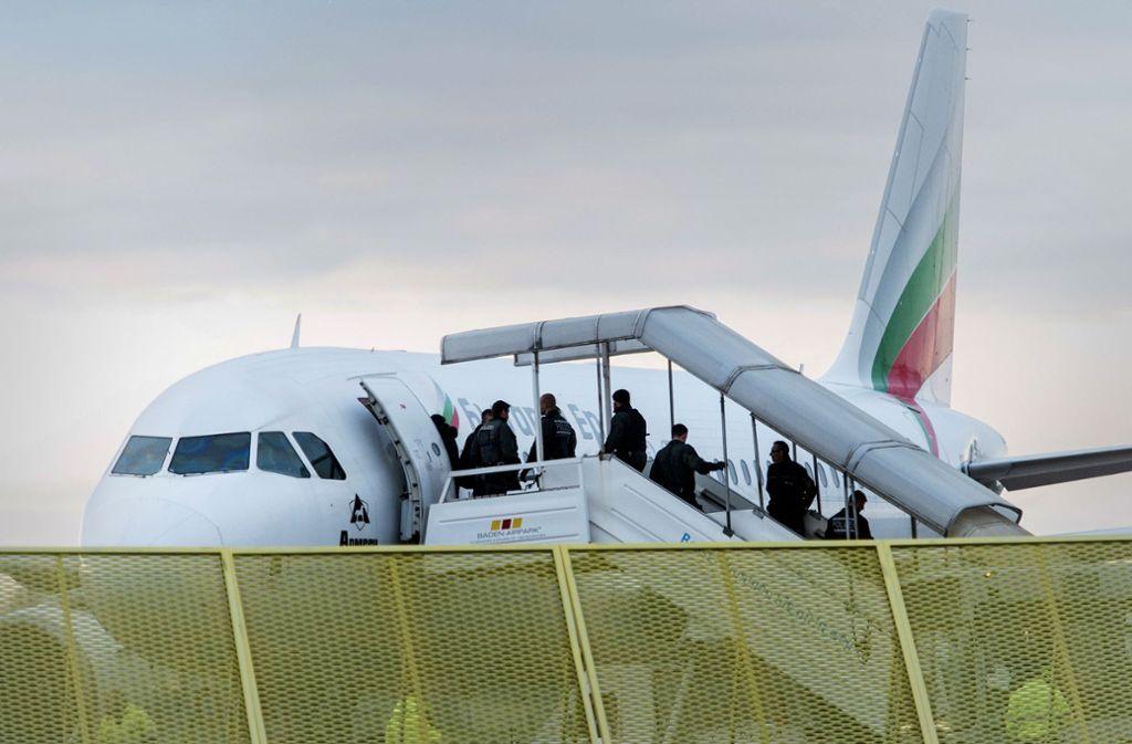 Sammelabschiebung: Abgelehnte Asylbewerber besteigen ein Flugzeug Foto: dpa