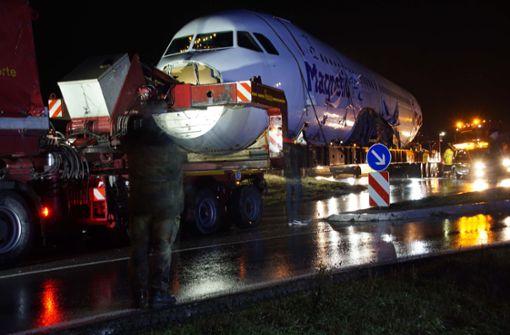 Teil eines A320 blockiert Kreisverkehr