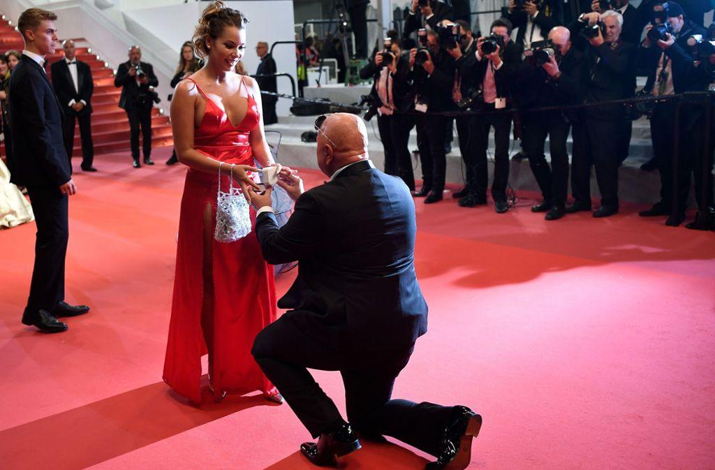 Rührend: Ein Mann macht seiner Angebeteten auf dem roten Teppich in Cannes einen Antrag. Foto: AFP