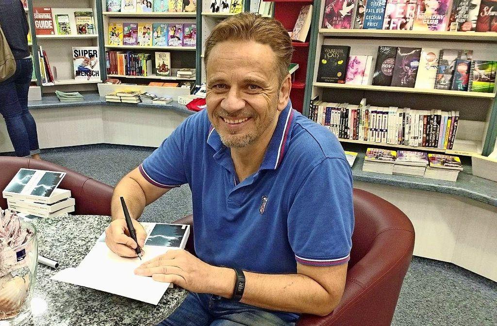 Thilo Scheurer beim Signieren eines seiner Bücher Foto: z/privat