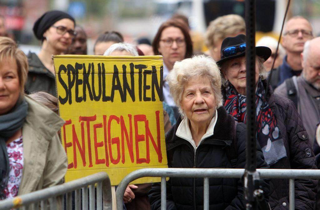 Demonstration für bezahlbare Mieten im April 2019 in Stuttgart. Foto: imago images / Ralph Peters/Ralph Peters
