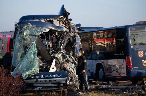 Busse stoßen frontal zusammen – viele Verletzte