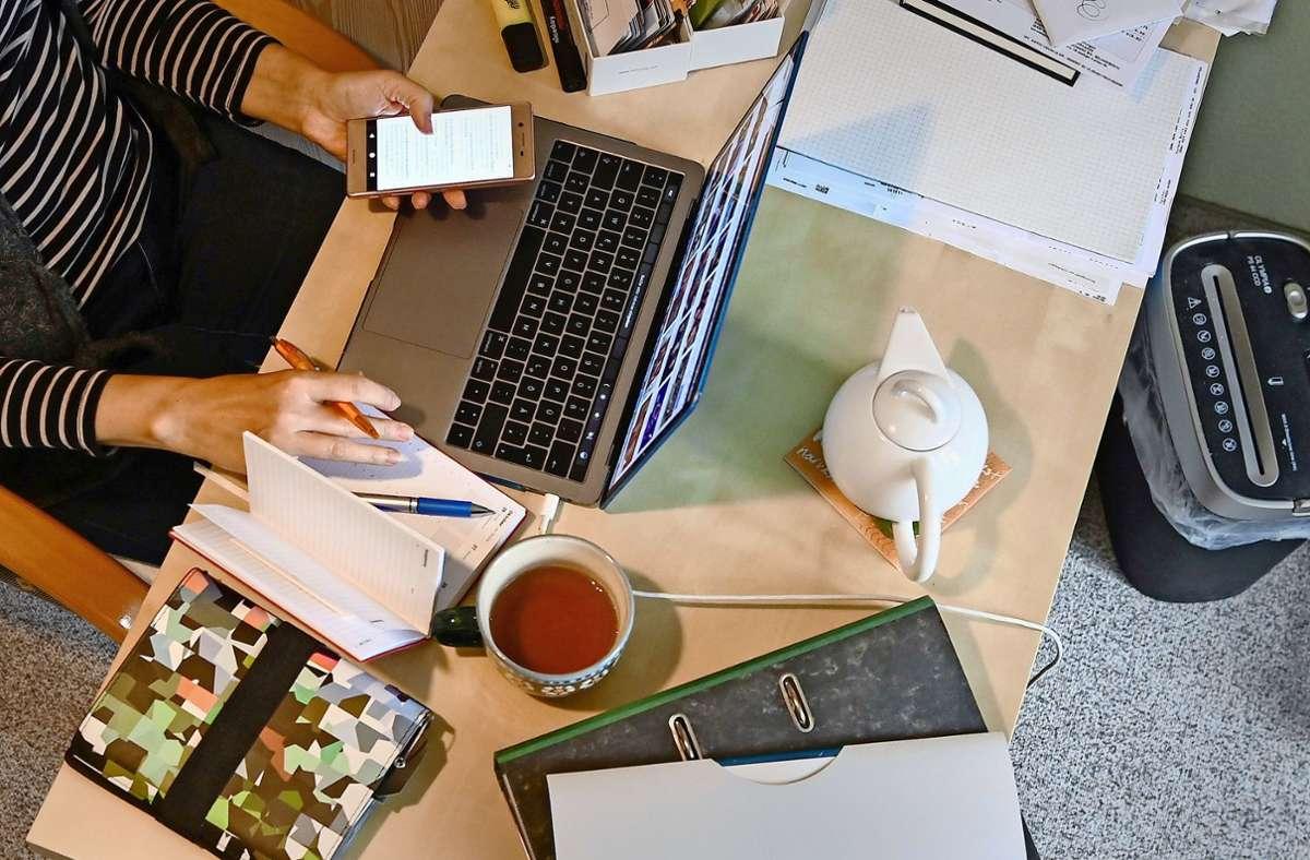 Die wenigsten Arbeitnehmer haben zu Hause ein eigenes Arbeitszimmer, das sie steuerlich geltend machen können. Wer trotzdem in der eigenen Wohnung arbeiten muss, soll steuerlich entlastet werden. Foto: dpa/Jens Kalaene
