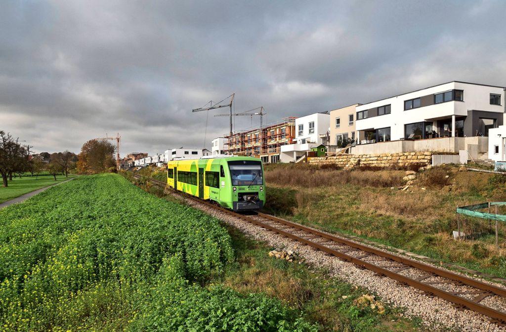 Die Wagen der Strohgäubahn sollen  erst wieder Ende September unterhalb des Wohngebiets Hälde fahren. Foto: factum/