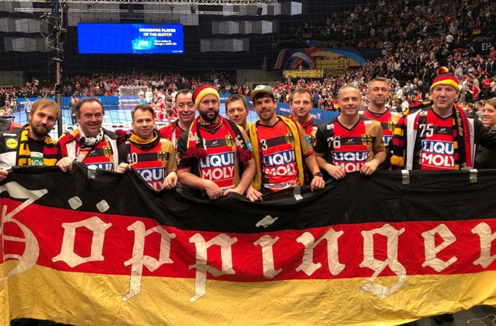Elf Freunde, ein Hobby: Der  Besuch der großen Handball-Turniere gehört für die Gruppe aus Göppingen zum Jahresprogramm. Foto: StN