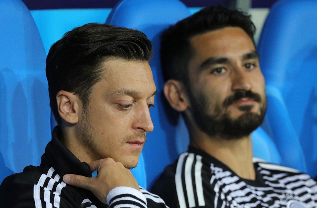 Mesut Özil (links) und Ilkay Gündogan sitzen während der Fußball-WM auf der Bank Foto: dpa