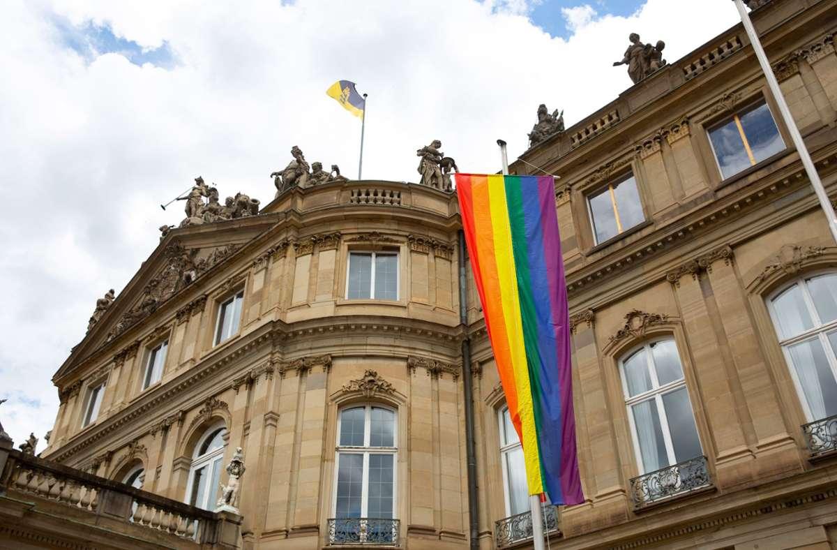 Regenbogen-Fahnen vor dem Neuen Schloss in Stuttgart. Foto: LICHTGUT/Leif Piechowski/Leif Piechowski