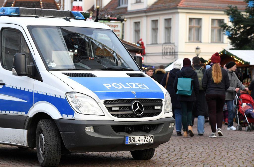 Ein Polizeiwagen steht am Samstag in Potsdam (Brandenburg) vor dem Zugang zum Weihnachtsmarkt. Am Freitag war ein verdächtiges Paket bei einem Apotheker abgegeben worden, der am Weihnachtsmarkt sein Geschäft hat. (Archivfoto) Foto: dpa