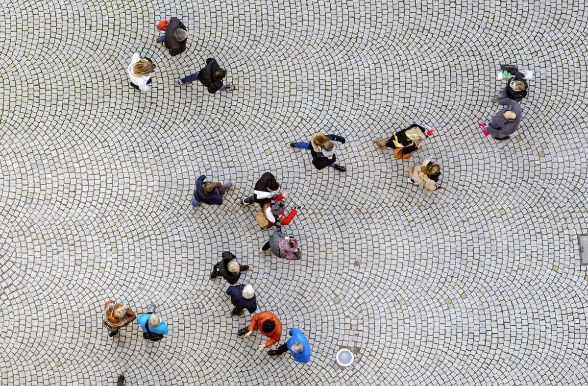 Blick von oben auf eine Straße in Stuttgart mit Menschen: In Baden-Württemberg ist die Mehrheit der Bevölkerung im Land weiblich Foto: imago images/Arnulf Hettrich/Arnulf Hettrich via www.imago-images.de