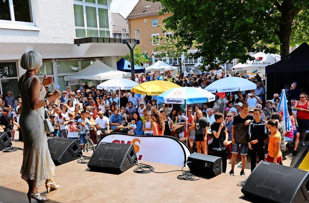 Ein Grund zu feiern: Im Jahr 1243 wurde Weilimdorf das erste Mal urkundlich erwähnt. Auf der großen Bühne vor dem Bezirksrathaus führte  Bezirksvorsteherin  Ulrike Zich durchs Festprogramm. Die zweite Bühne stand auf dem Kiesbett am Löwenplatz. Foto: Chris Lederer