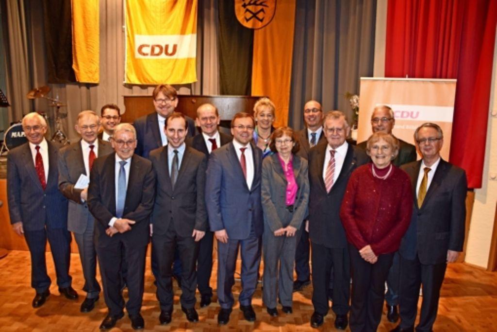 Die CDU Steinenbronn hat im Bürgerhaus ihr 40-jähriges Bestehen gefeiert. Der ehemalige baden-württembergische Ministerpräsident Erwin Teufel (Vierter von rechts) hat in seinem Festvortrag über die Europäische Union gesprochen. Foto: Alexandra Kratz