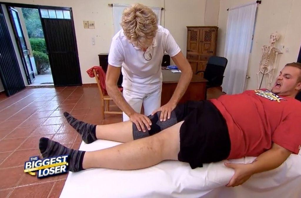 Bei einer Challenge hat sich Fabian am Knie verletzt und musste vom Arzt der Show untersucht werden. Foto: Sat.1