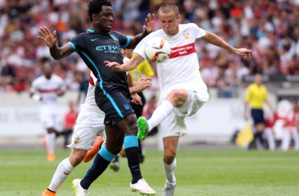 Adam Hlousek (r.) kämpft mit Wilfried Bony von Manchester City um den Ball. Foto: Pressefoto Baumann