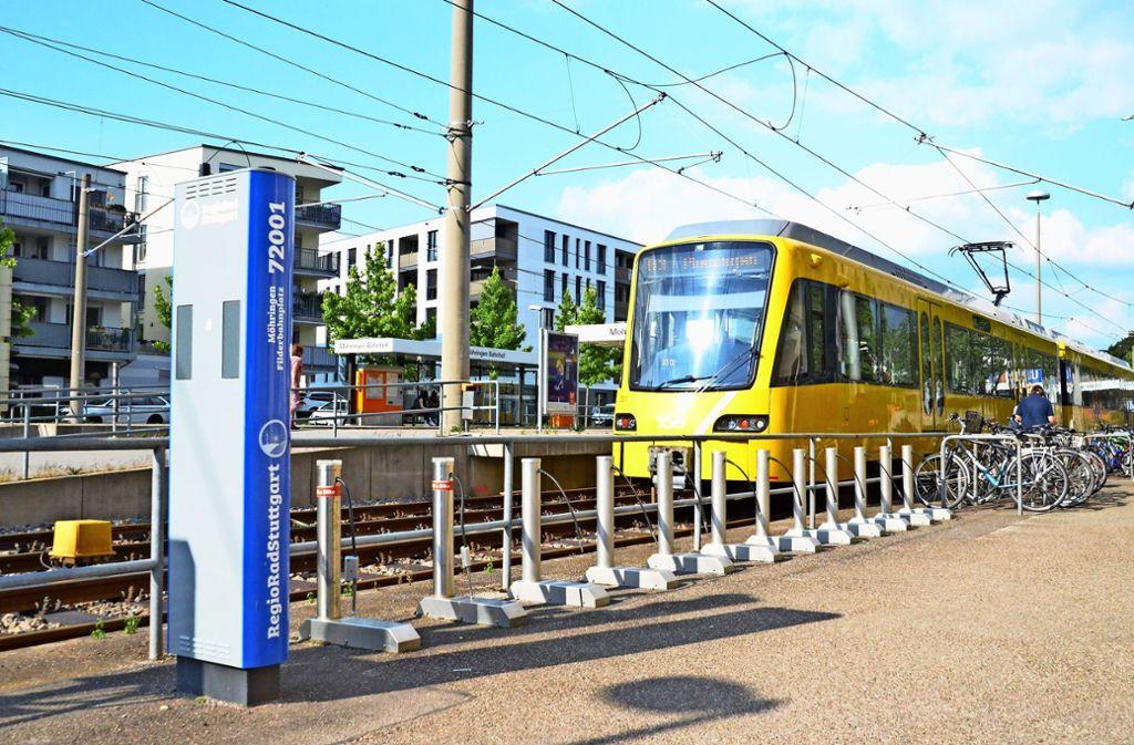 Die Leihstation am Möhringer Bahnhof ist bereits auf das neue System – erkennbar an der blauen Säule –  umgerüstet. Foto: Sandra Hintermayr