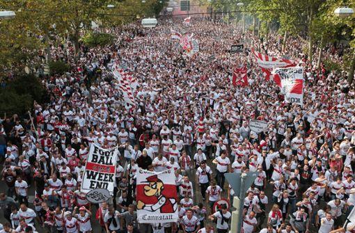 Liveblog: Die Karawane mit Tausenden Fans kommt am Stadion an