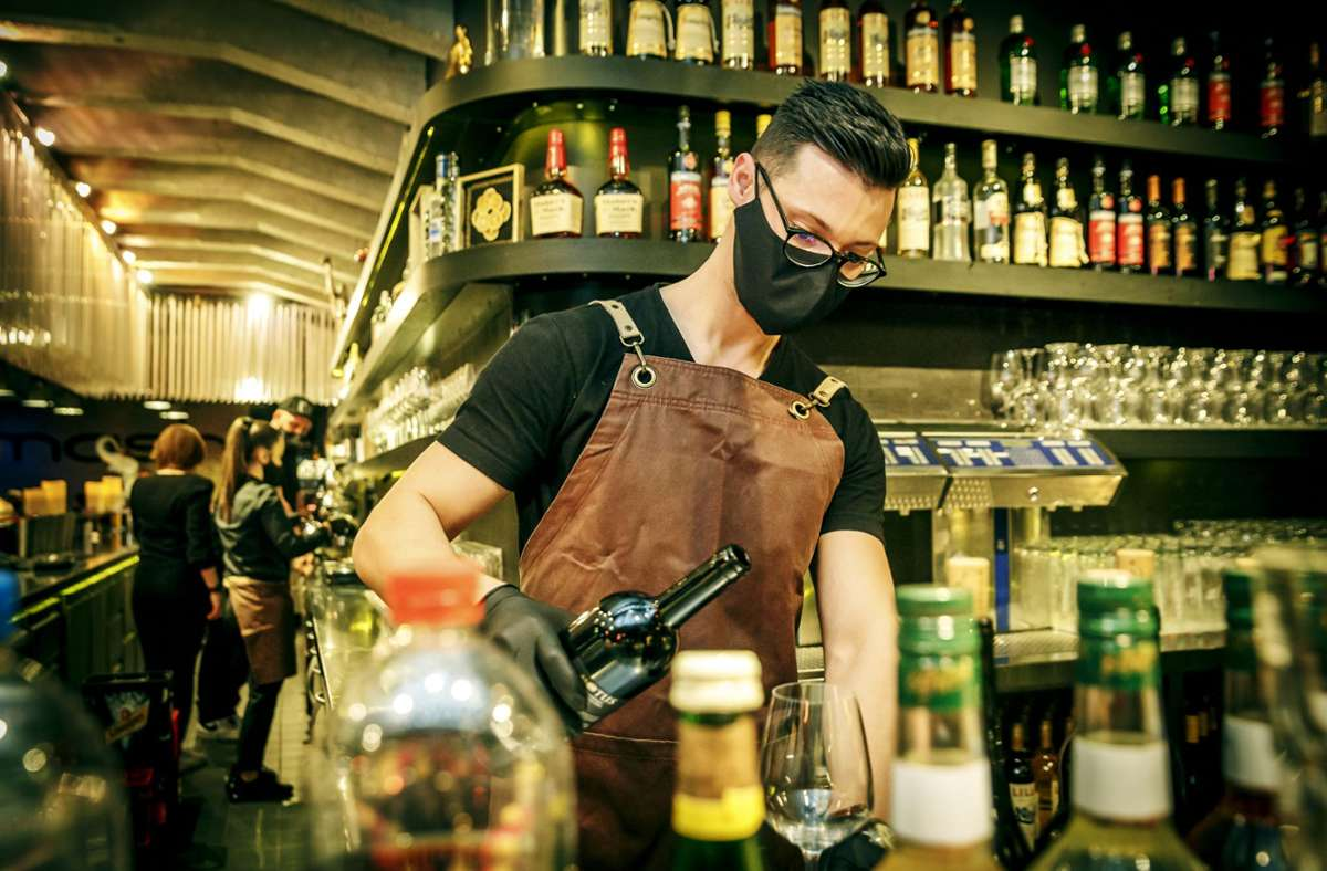Der Barkeeper im Pop-up Restaurant Noa, das zum kulinarischen Reisen einlädt. Foto: Lichtgut/Rettig