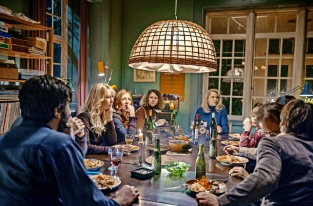 """Sieht gut aus, geht aber nicht gut: Zusammenleben unter einem Dach in Thomas Vinterbergs Film  """"Die Kommune"""" Foto: Berlinale"""