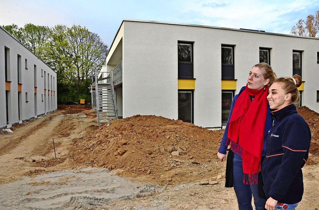 Marja Rotenhöfer (links) und Bianca Tennigkeit von den Maltesern schauen sich den Baufortschritt der Flüchtlingsunterkünfte an der Burgholzstraße an. Foto: Georg Linsenmann