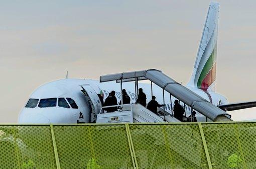 Abgelehnte Asylbewerber werden üblicherweise mit Charterflügen oder Bussen  zurück in ihr Herkunftsland gebracht. Foto: dpa