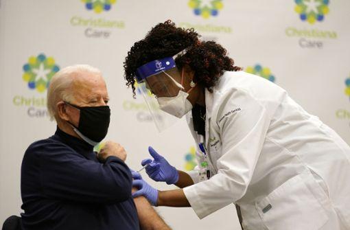 Deutsche Politiker warten beim Impfen ab