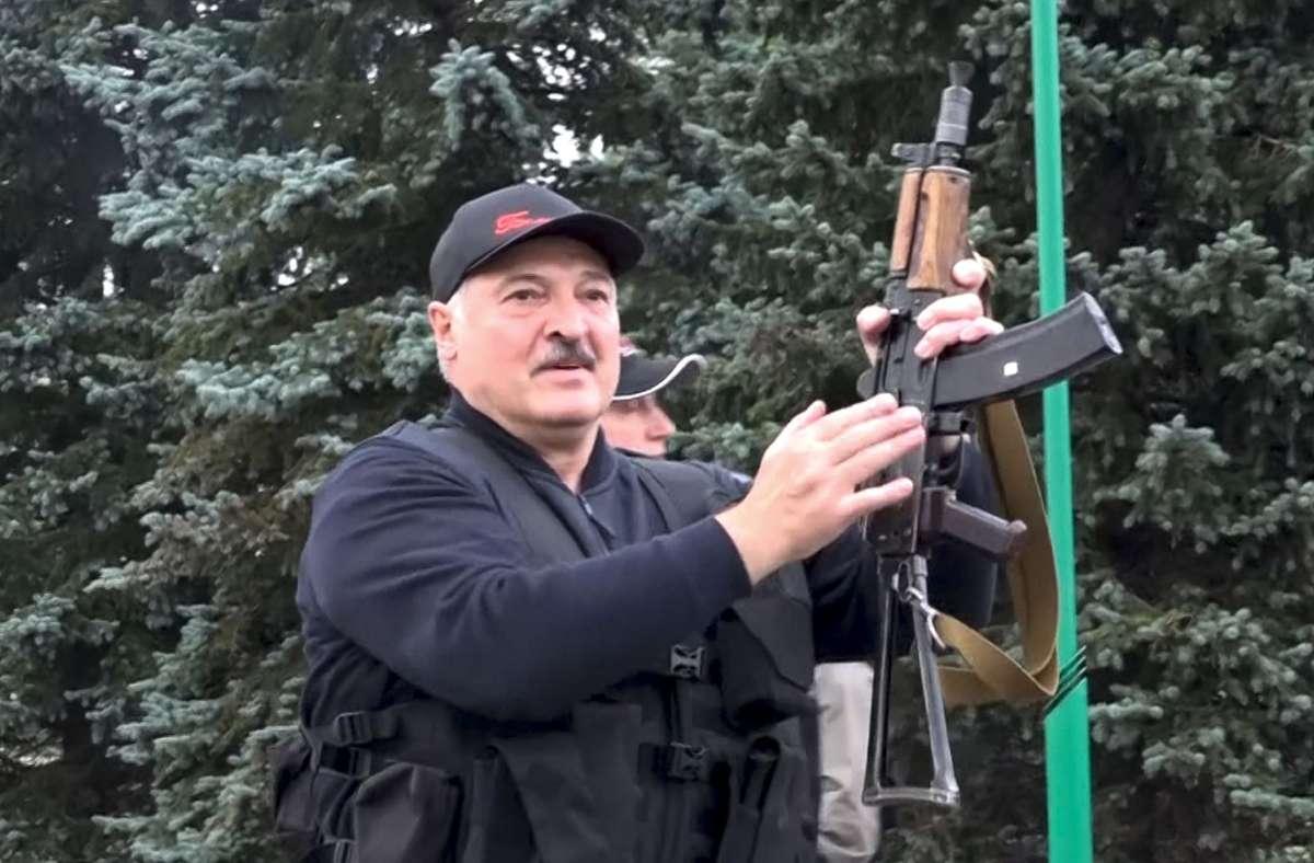 Nach Protesten in Belarus greift Machthaber Alexander Lukaschenko  zur Waffe Foto: dpa