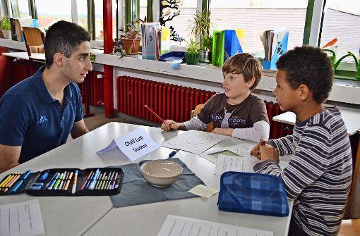 In kleinen Gruppen führten die Viertklässler Interviews mit den Ex-Schülern. Foto: Fatma Tetik