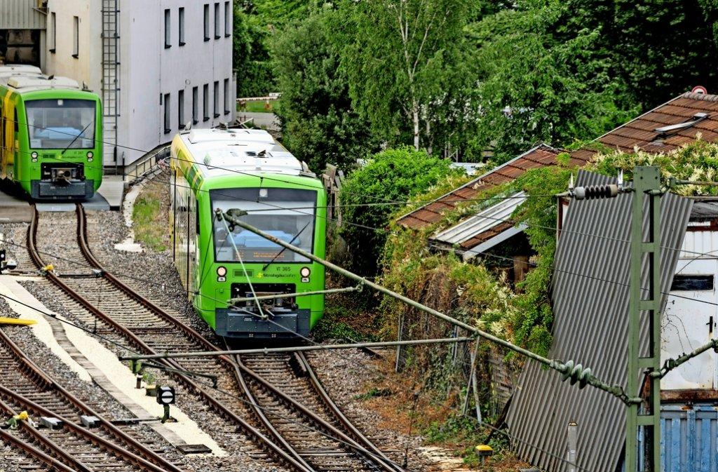 Dicht dran: Thomas Herwigs Häuschen (rechts) liegt nur wenige Meter von der Werkstatt in Korntal  und der Bahnlinie entfernt. Foto: factum/Weise