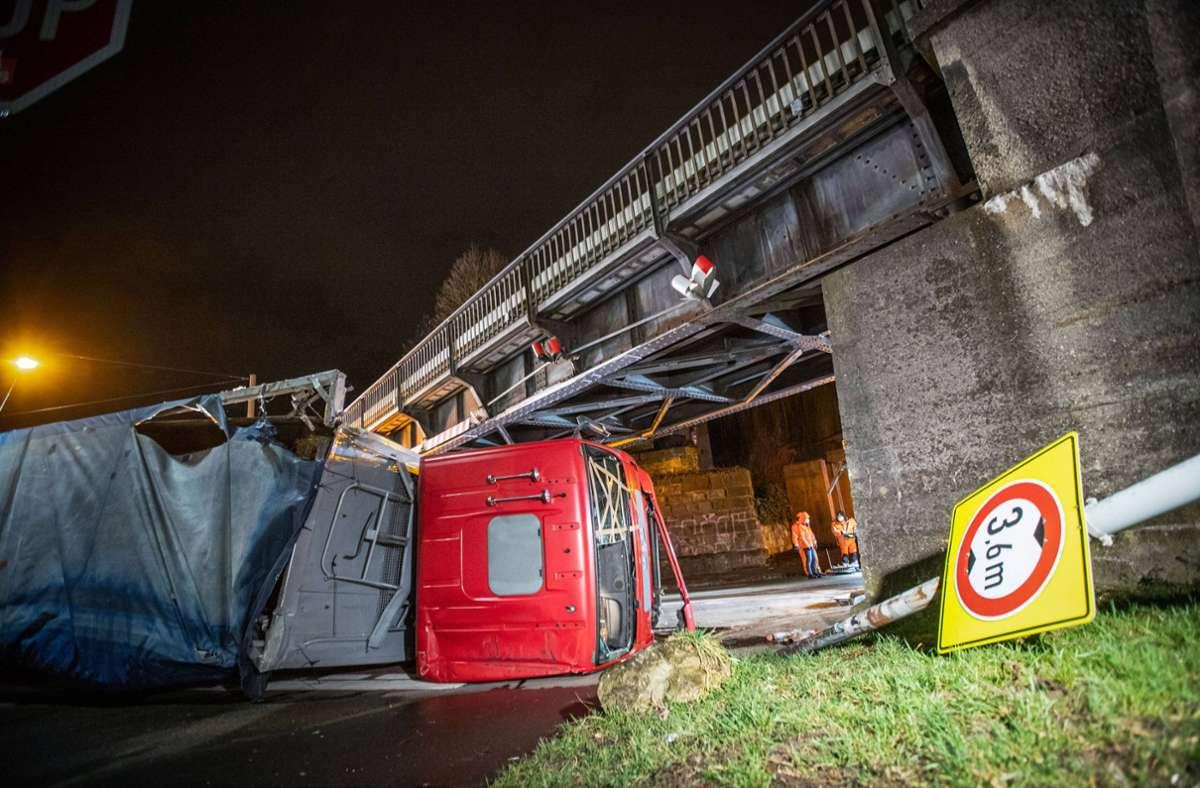 Der Unfall ereignete sich an einer Eisenbahnbrücke in Ulm. Foto: 7aktuell.de/Simon Adomat