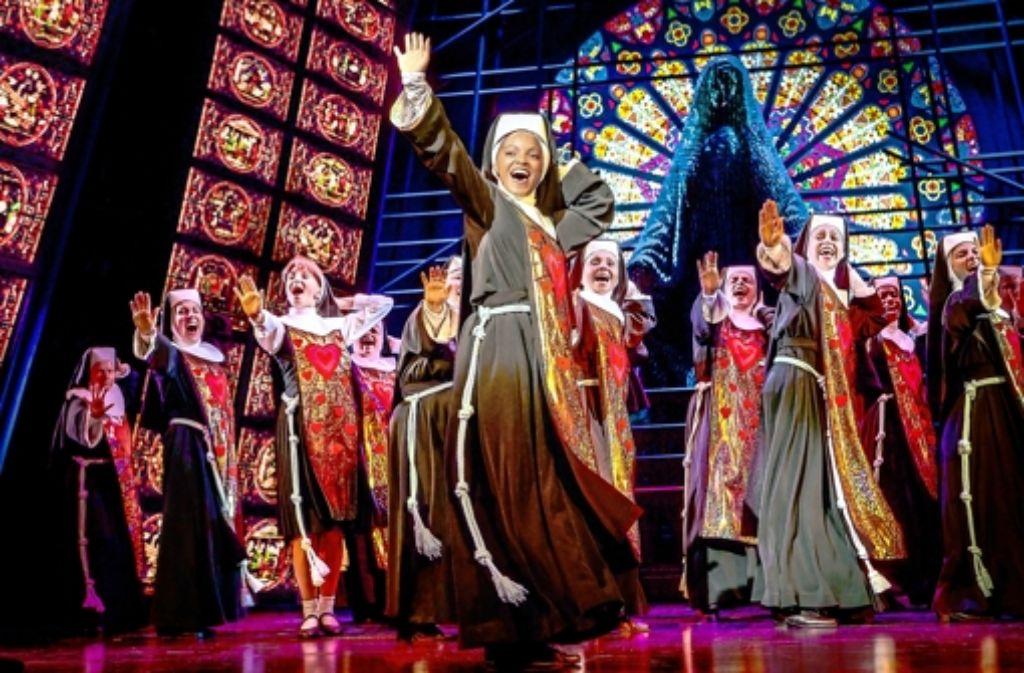 Die Lieder und die Kostüme der Nonnen werden im Lauf der Show immer bunter. Foto: Stage